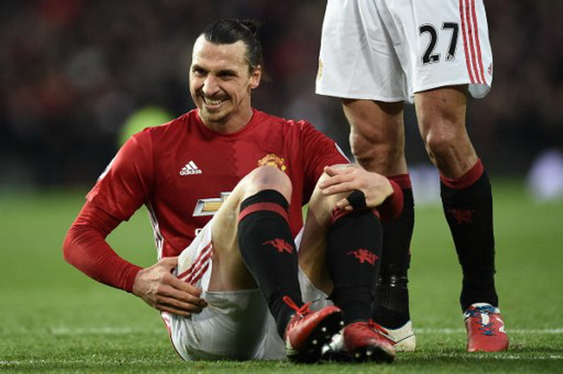 Manchester United's Swedish striker Zlatan Ibrahimovic reacts after clashing with Middlesbrough's Spanish goalkeeper Víctor Valdes during the English Premier League football match between Manchester United and Middlesbrough at Old Trafford in Manchester, north west England, on December 31, 2016. / AFP PHOTO / Oli SCARFF / RESTRICTED TO EDITORIAL USE. No use with unauthorized audio, video, data, fixture lists, club/league logos or 'live' services. Online in-match use limited to 75 images, no video emulation. No use in betting, games or single club/league/player publications. /
